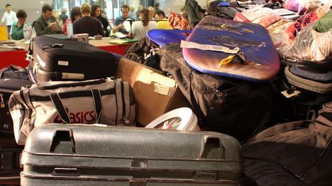 Zahlreiche Koffer und andere vergessene Gepäckstücke bei einer Versteigerung im  Auftrag der Lufthansa.