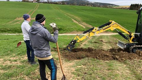 Bürgerinnen und Bürger aus Butzbach-Wiesental bereiten die Trasse für ein Glasfaserkabel vor.