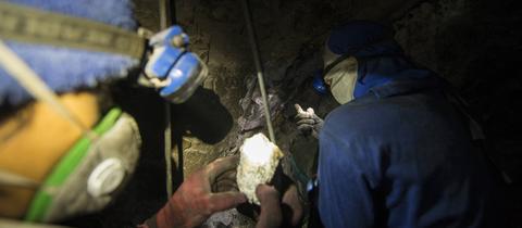 Zwei Männer arbeiten in einer Mine in Thailand