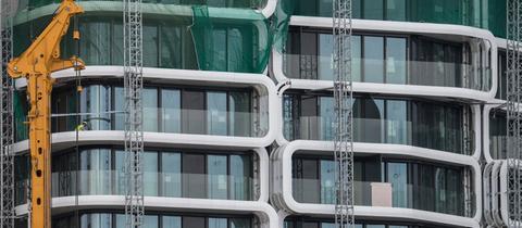 Nahaufnahme der Glasfassade des Grand Tower