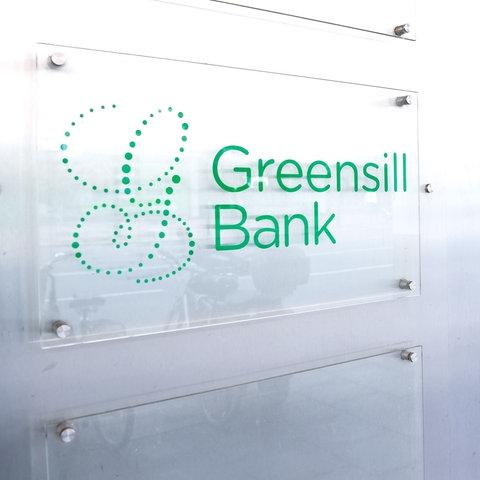 """Das Firmenschild der """"Greensill Bank"""" in Bremen."""