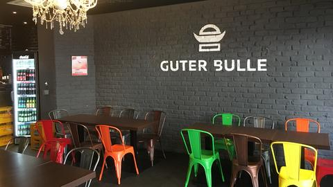 """Logo """"Guter Bulle"""" an der Wand."""