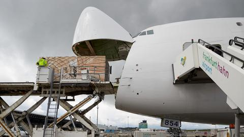 Pakete werden am Flughafen Hahn in ein Flugzeug verladen