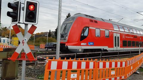Regionalzug fährt an Baustelle für Vorarbeiten zur Nordmainischen S-Bahn in Hanau vorbei