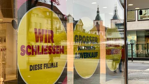 Ein Plakat im Fuldaer Kaufhof: Wir schliessen