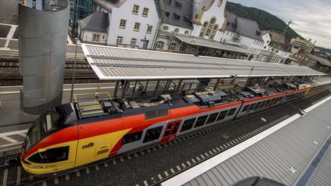 Ein HLB-Zug im Bahnhof von Marburg.