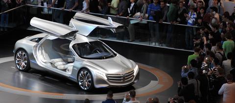 Besucher auf der IAA vor einer Mercedes-Benz-Studie