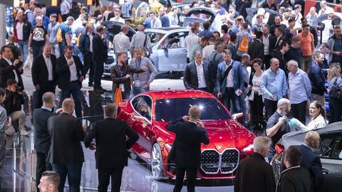 Besucher schauen sich auf der IAA von BMW das Concept 4 Fahrzeug an.