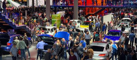 Besucher auf der Internationalen Automobilausstellung IAA