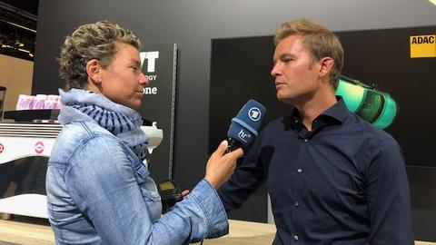 hr-Reporterin Conny Bächstädt (li.) befragt Nico Rosberg.