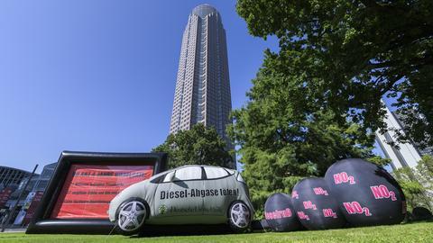Ein Banner der Umwelthilfe prangt auf einem Wagen anlässlich der IAA in Frankfurt.