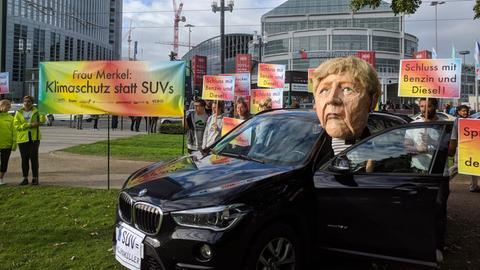 Klimaaktivsten protestieren vor den Toren der IAA in Frankfurt.