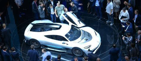 Besucher stehen bei der der IAA 2017 an einem elektrisch angetriebenen Rennwagen von Mercedes-AMG.