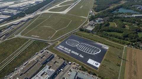 BMW hat zur IAA neben der Nordwest-Landebahn ein Riesenposter installieren lassen