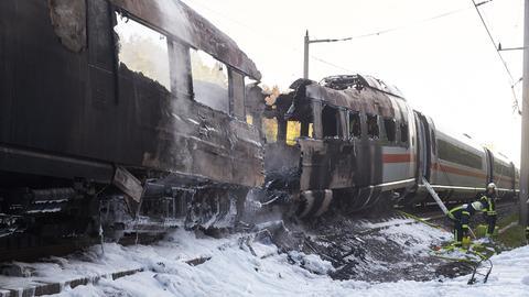 Ausgebrannter ICE-Wagen auf Schnellstrecke zwischen Köln und Frankfurt