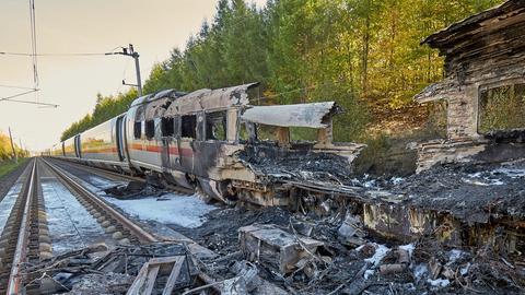 Der ausgebrannte ICE auf der Strecke zwischen Köln und Frankfurt