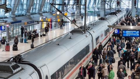 ICE und viele Fahrgäste am Fernbahnhof Flughafen Frankfurt