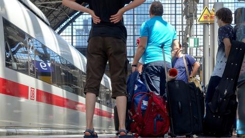 ICE-Reisende am Frankfurter Hauptbahnhof.