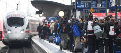 Ein ICE der Deutschen Bahn fährt in den Hauptbahnhof Frankfurt ein.