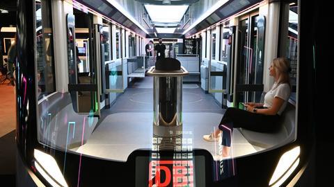 Eine Frau sitzt in dem neuen IdeenzugCity der Deutschen Bahn