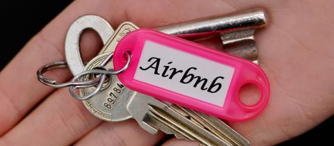 Schlüssel mit Anhänger, auf dem Airbnb steht