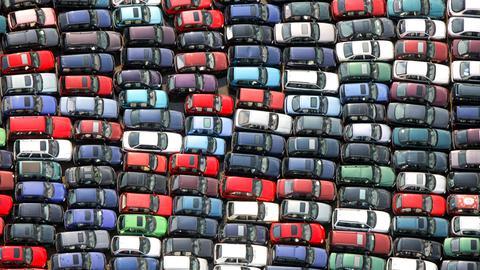 Dicht an dicht stehen Autos auf einer Freifläche.