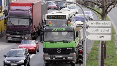 Lastwagen auf der Mainzer Straße in Wiesbaden