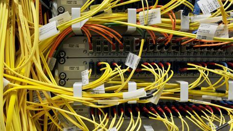 Glasfaserleitungen am Internetknotenpunkt in Frankfurt.