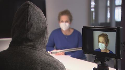 hr-Reporterin Caroline Nützel im Gespräch mit H&M-Mitarbeiterin, die unerkannt bleiben möchte.