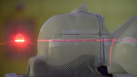 Ein Laserstrahl ist im Marburger Ionenstrahl-Therapiezentrum auf eine thermoplastische Maske gerichtet.