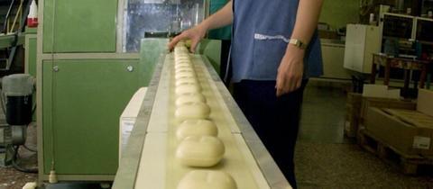 Eine Kappus-Mitarbeiterin überwacht die Seifenproduktion.