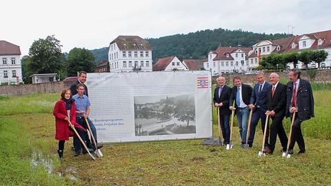 Bürgermeister Ullrich Otto (5.v.r.) und weitere Gäste beim Spatenstich im Hafenbecken von Bad Karlshafen.