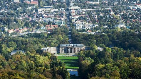 Blick auf Kassel mit Schloss Wilhelmshöhe im Vordergrund