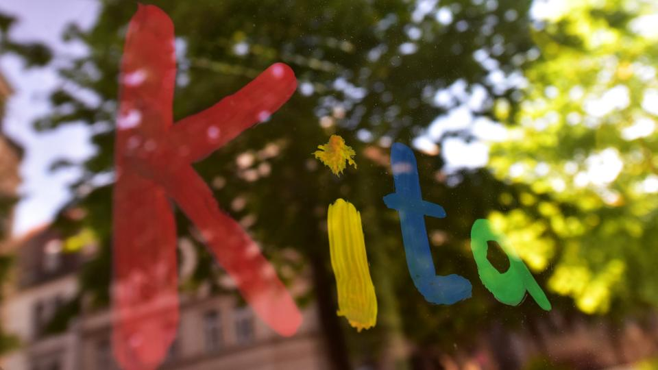 """Der Schriftzug """"Kita"""" mit Fingerfarbe an Scheibe gemalt"""