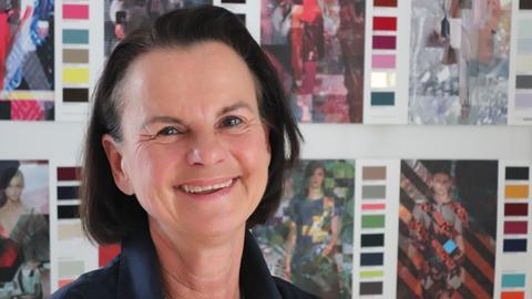 Design-Lehrerin Ina Franzmann vor bunten Magazinseiten