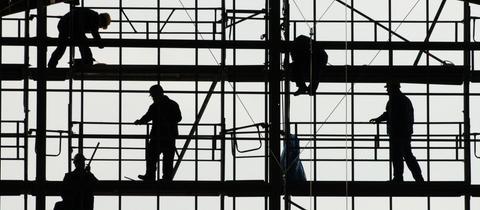 Bauarbeiter auf einem Gerüst