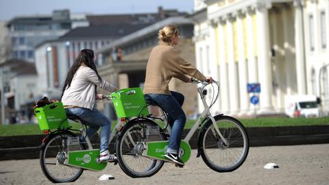 Junge Frauen auf Konrad-Leihrädern vor der Fridericianum in Kassel