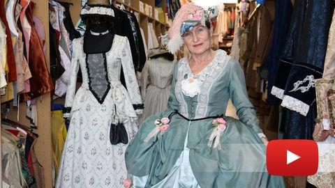 Lydia Jansen in ihrem Lieblingskleid aus der Zeit des Rokoko