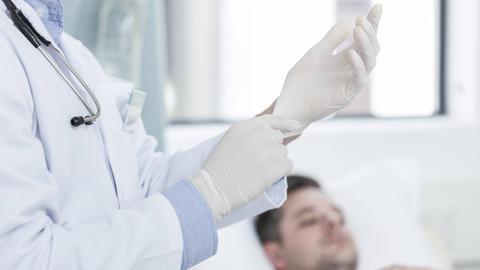 Krankenstation mit Arzt und Patient