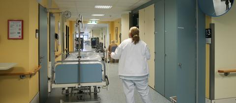 Eine Krankenschwester in einem Krankenhaus.