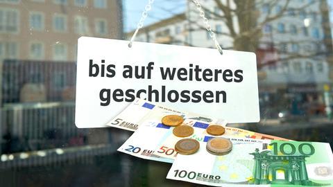 Eine geschlossene Bank - davor Geldscheine