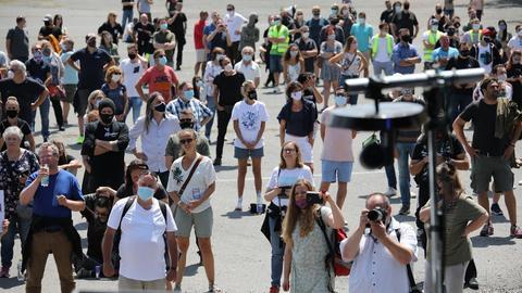 """Menschen auf der Kundgebung """"mitAbstandgehtesnicht"""""""