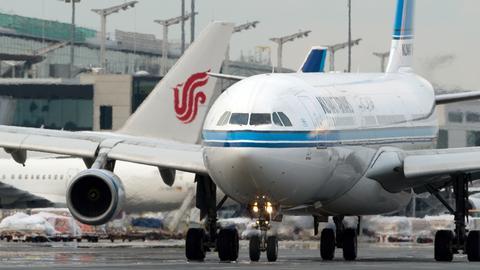 Ein Flugzeug von Kuwait Airways am Frankfurter Flughafen.