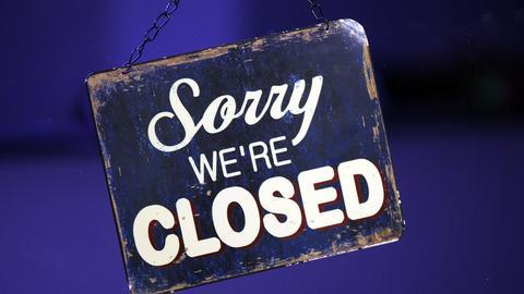 """Ein Schild mit der Aufschrift: """"Sorry, we're closed"""""""