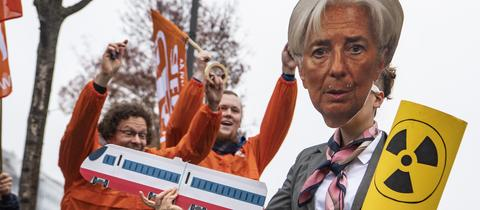 Nein, das ist nicht Christine Lagarde, sondern eine Attac-Demonstrantin mit Maske.