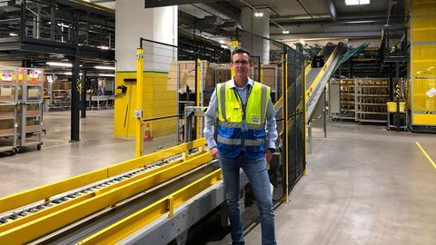 Der Lagerleiter von Amazon in Bad Hersfeld steht im Logistikzentrum