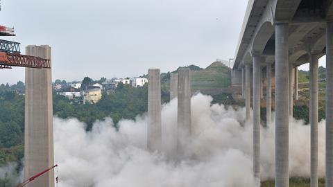 Die alten Pfeiler bei der Sprengung - daneben die Pfeiler der neuen Lahnbrücke