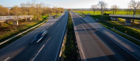Leere Bundesstraße von Brücke aus aufgenommen.