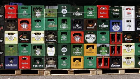 Leere Bierkästen der verschiedensten Brauereien stehen auf dem Hof einer Getränkefirma in Limburg.