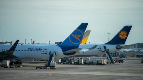 Condor-Maschine neben Lufthansa-Maschine
